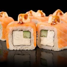 Обожжённый ролл с лососем и сыром Дор-Блю